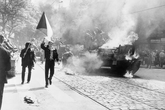 50년 전 체코슬로바키아 공산당이 언론과 이동의 자유를 허용하는 개혁조치를 취한 '프라하의 봄' 당시 침공한 소련군 기갑차량이 시민들의 화염병 세례를 받고 있다.[사진 위키피디아]