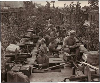 지붕 위에서 열차를 호위하며 블라디보스토크로 이동 중인 체코군단, [사진 위키피디아]