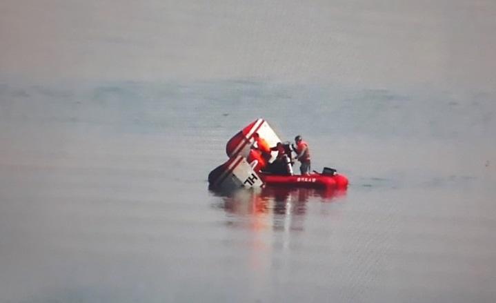 1일 오전 경기도 구리시 강동대교 인근 한강에 헬기가 추락해 소방 당국이 구조 중이다. [사진 구리소방서 제공]