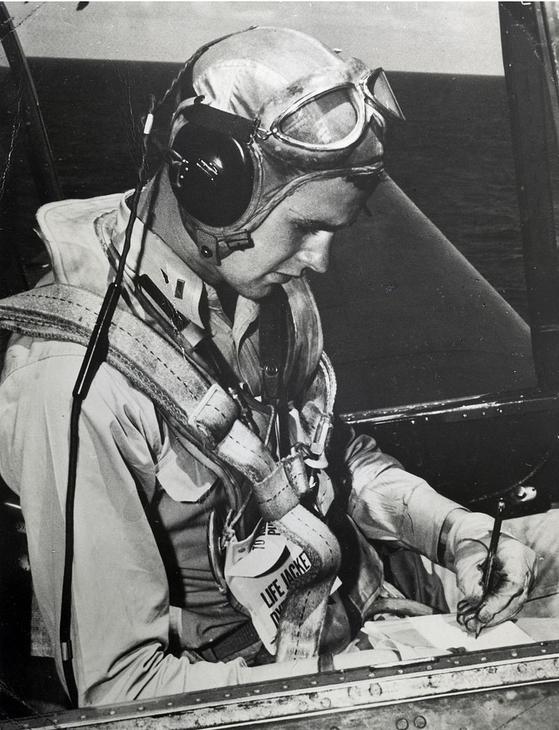 1944년 태평양 전쟁에 참전해 미 해군 항공모함의 뇌격기 조종사로 근무하던 당시의 조지 HW 부시 중위. 20살 때의 모습이다. [중앙포토]