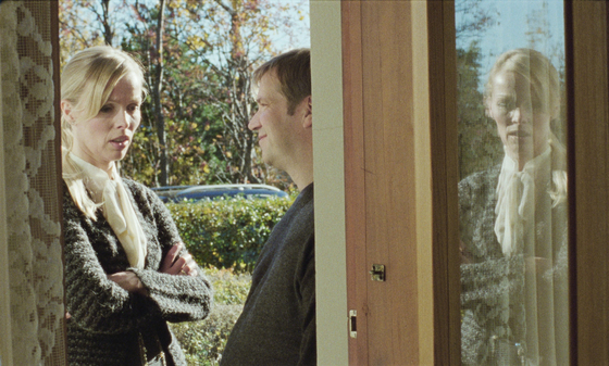 집으로 들어서던 하네스는 문앞에서 자식들이 자신에 대해 하는 말에 충격을 받는다.