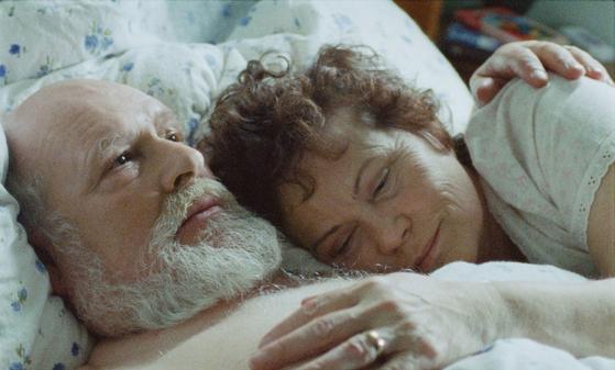 영화 '볼케이노: 삶의 전환점에 선 남자'에서 주인공 하네스 역에 테오도르 율리우손과 그의 아내 안나 역에 마그렛 헬가 요한스도티어.