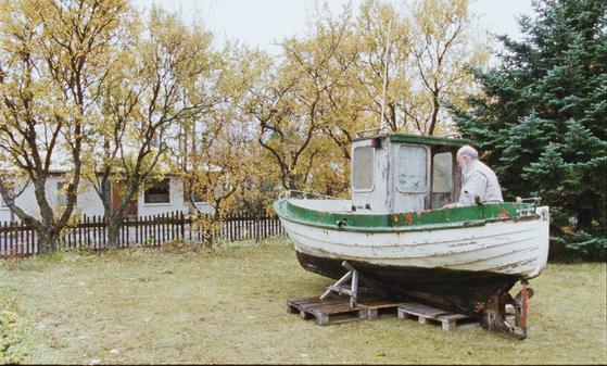 영화에서 하네스가 낡고 쓸모없어진 배를 정성들여 고치는 모습을 보여주는데 이에 대해 두가지 생각이 들었다.