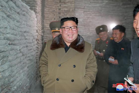 김정은 북한 국무위원장이 '겨울철 집중 어로전투'가 한창인 동해지구의 수산사업소들을 시찰했다고 조선중앙통신이 1일 보도했다. [조선중앙통신=연합뉴스]