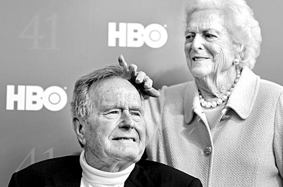 11월 30일 세상을 떠난 조지 HW 부시 미국 41대 대통령과 지난 4월 17일 별세한 영부인 바버라 부시 여사. 2012년 6월 미국 프리미엄 영화 채널인 HBO가 부시의 삶을 다룬 다큐멘터리를 제작해 시사회를 여는 자리다. 금슬이 좋기로 유명했던 두 사람은 올해 봄과 가을에 각각 세상을 떠났다. [AP=연합뉴스]