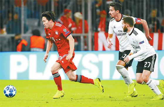 10대의 나이에 유럽 명문 클럽 1군 경기에 데뷔한 한국축구 기대주들. 독일 바이에른 뮌헨 유니폼을 입고 유럽 챔피언스리그 본선에 나선 정우영. [AP=연합뉴스]