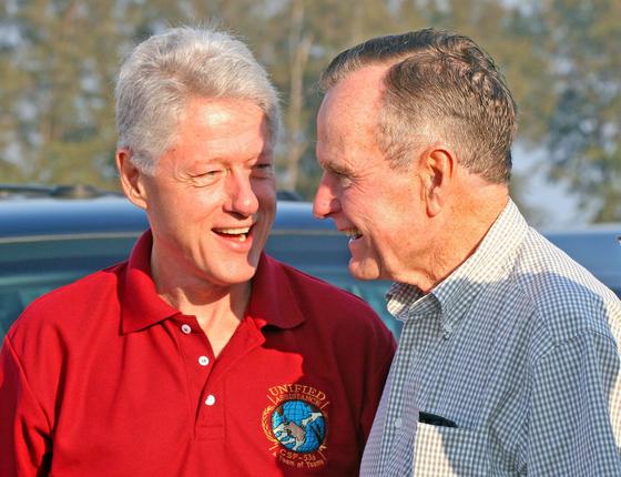 조지 H W 전 대통령(오른쪽)이 빌 클린턴 전 대통령과 2005년 2월 20일 쓰나미 피해를 입은 동남아 지역으로 향하는 비행기에 오르기에 앞서 담소를 나누고 있다.[EPA=연합]