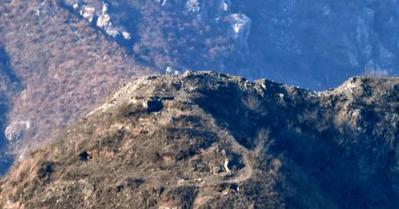 북한이 지난달 20일 철거한 감시초소(GP). 사진은 폭파 후 사라진 북측 GP 모습. [사진 국방부 제공]