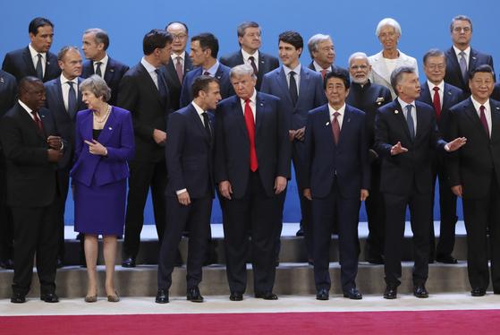 지난달 30일 아르헨티나 부에노스아이레스에서 열린 G20회의에서 참여국 정상들이 함께 서있는 모습. [AP=연합뉴스]