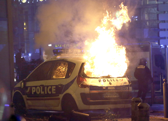 지난 1일 프랑스 파리 샹젤리제 거리에서 벌어진 유류세 인상 반대 시위가 폭력화하면서 일부 시위대가 경찰차에 불을 질러 경찰차가 불타고 있다. [AP=연합]