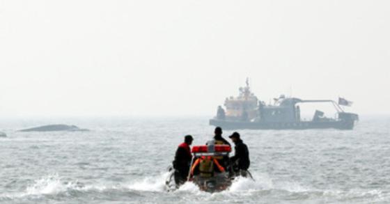 2일 오전 구룡포 동방 해상에서 조업 중이던 어선이 전복돼 해경이 구조작업을 진행 중이다. 사진과 기사 내용은 관련이 없습니다. [중앙포토]