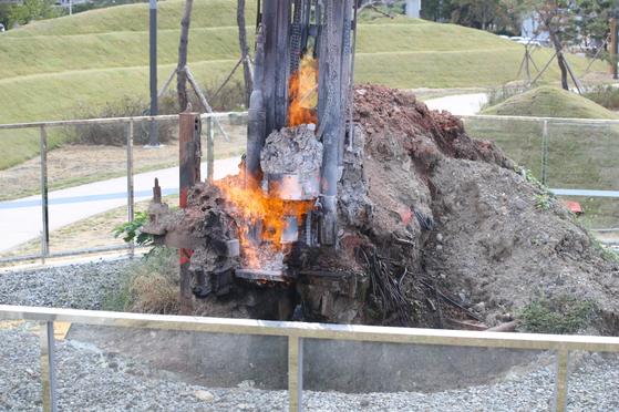 경북 포항시 대잠동에 있는 불의 정원. 땅 속 천연가스로 24시간 불길이 치솟는다. [사진 포항시]