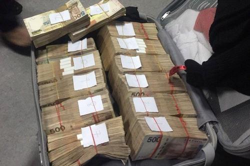 필리핀 마닐라 공항 세관에 적발된 한국인 남성의 돈뭉치. [ABS-CBN 사이트 캡처=연합뉴스]