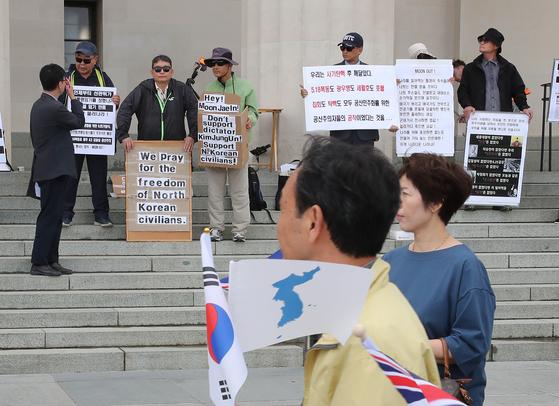 3일 오전(현지시간) 뉴질랜드 오클랜드 전쟁기념박물관 입구에서 문재인 대통령의 국빈방문을 환영하는 교민들과 반대 시위대들이 엇갈리고 있다. 청와대 사진기자단