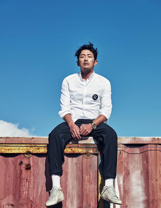 """'걷기 마니아'인 배우 하정우는 '걷기 위해 너무 많이 생각하지 말라""""고 말한다. '일단 몸을 일으키고, 다리를 한 발만 내디뎌 보라""""는 것이다. [사진 문학동네]"""