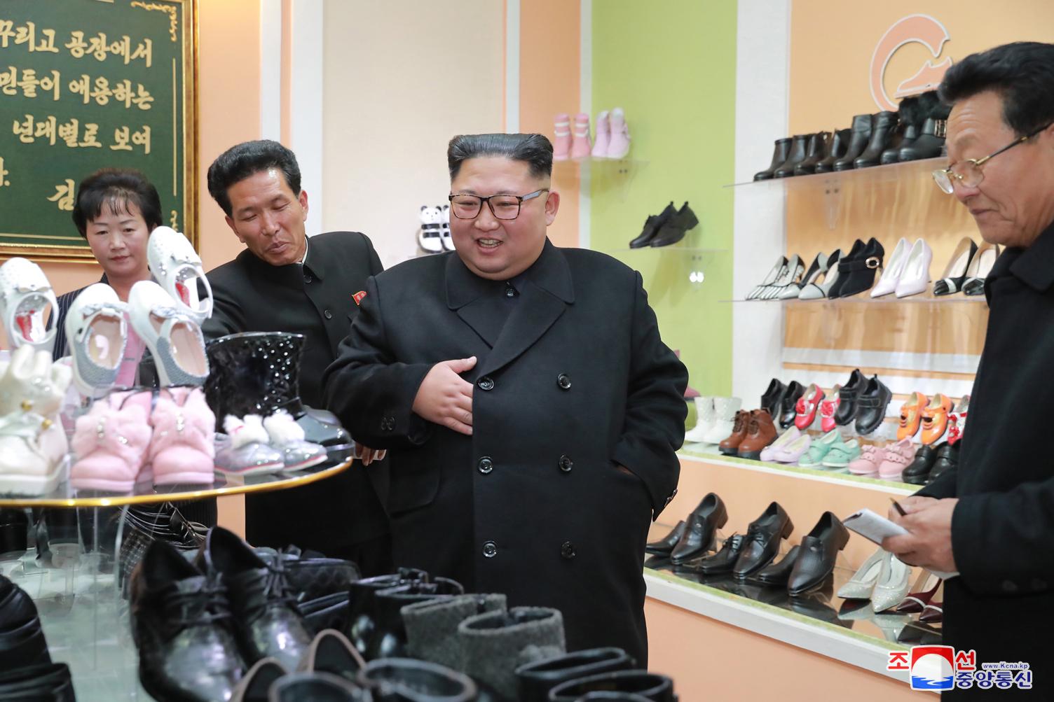 김정은 북한 국무위원장이 원산구두공장을 현지지도하는 모습을 조선중앙통신이 3일 보도했다. 통신은 이 사진을 보도하며 정확한 촬영 날짜는 밝히지 않았다. [연합뉴스]