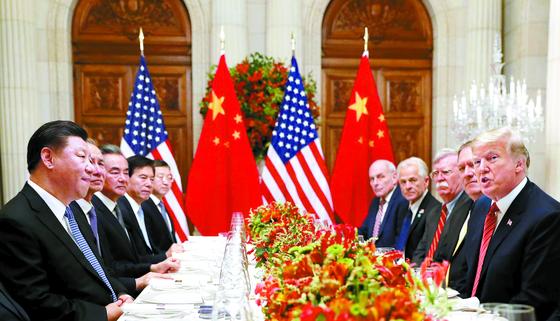 """도널드 트럼프 미국 대통령(오른쪽)과 시진핑(왼쪽) 중국 국가주석이 1일(현지시간) 주요 20개국(G20) 정상회의가 열린 아르헨티나 부에노스아이레스에서 회담을 하고 있다. 이날 백악관은 성명을 내고 '미국은 향후 90일 동안 중국산 수입품에 추가로 관세를 부과하지 않기로 합의했다""""고 밝혔다. [로이터=연합뉴스]"""