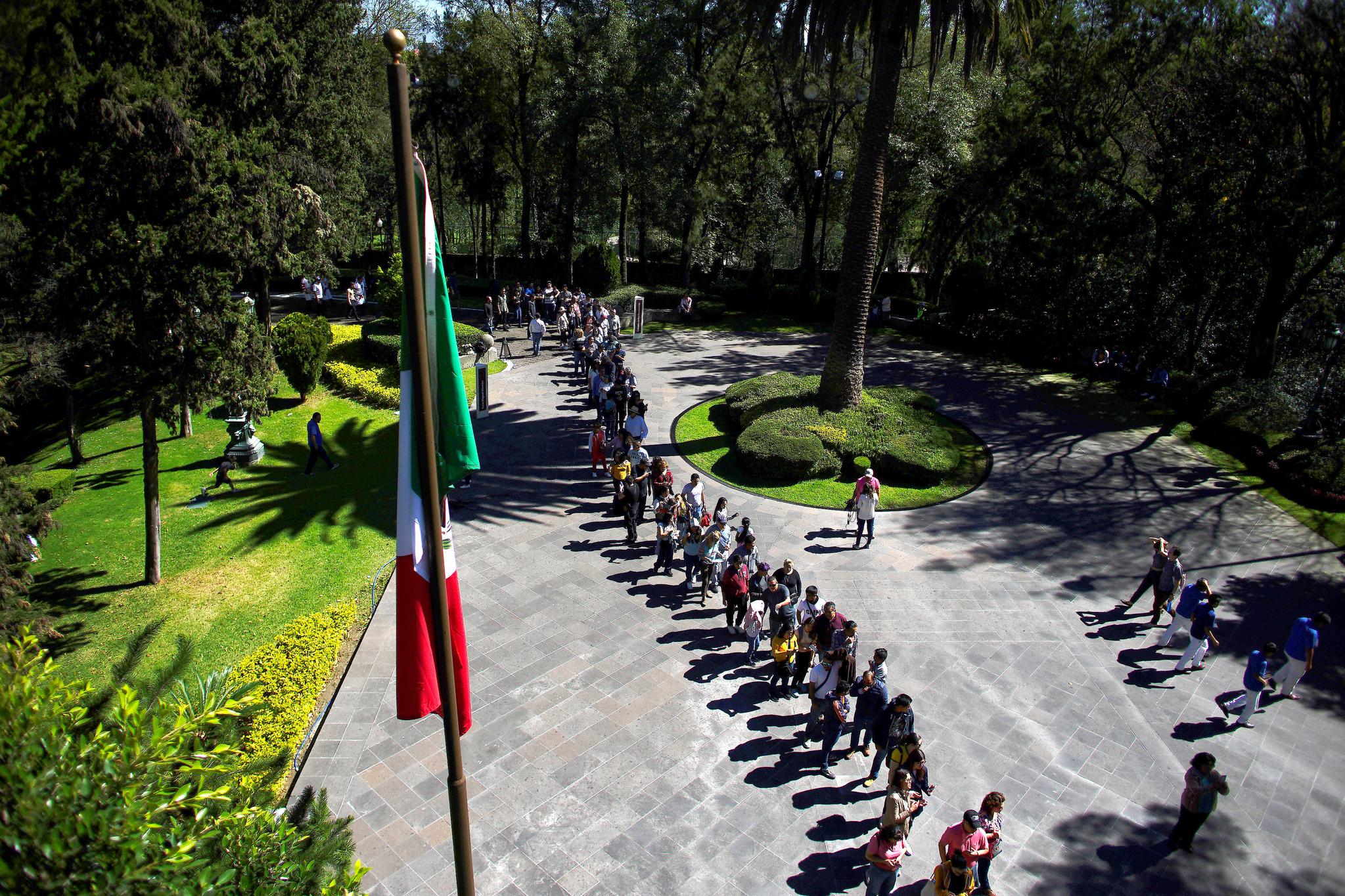 멕시코 대통령궁인 '로스피노스(Los Pinos)를 구경하기 위해 시민들이 줄을 서 있다.[AP=연합뉴스]