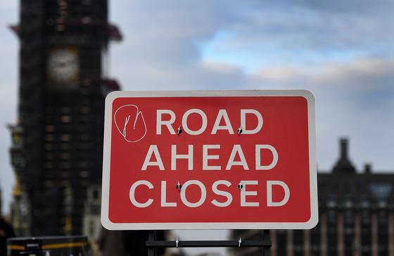 영국 런던 웨스트민스터 다리에 있는 '전방 도로 폐쇄(road ahead closed)' 표지판. 앞길이 막힌 영국 브렉시트 정국을 보여주는 듯 하다. [EPA=연합뉴스]