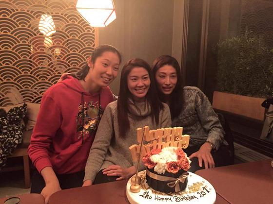 2016년 주팅(왼쪽)의 생일파티에서 함께 한 태국 국가대표 세터 눗사라 똠꼼(가운데)과 김연경. [눗사라 SNS]