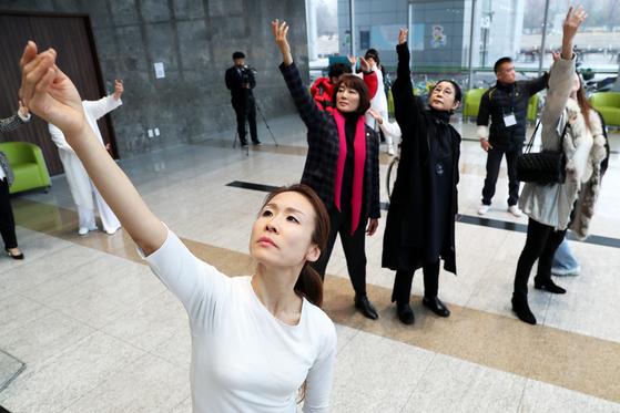 3일 오후 경기도 성남시청 로비에서 장애 ·비장애우가 함께하는 공연 '온 디스플레이 성남'이 펼쳐지고 있다. 장진영 기자