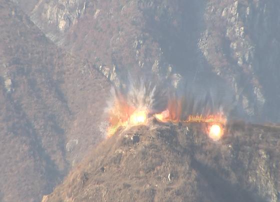 지난 20일 북한이 시범철수 대상 GP 폭파 장면에 나선 모습. 지하갱도를 따라 산등성이 80m 길이 구간 폭파가 목격됐다. [사진 국방부]