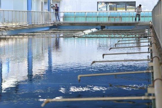 유네스코가 한국 대도시 정수장 한 곳을 골라 '수돗물 국제인증' 시범사업을 추진하기로 했다. 사진은 경기 남양주시 화도정수장에서 직원들이 수질 점검을 하는 모습. [뉴스1]