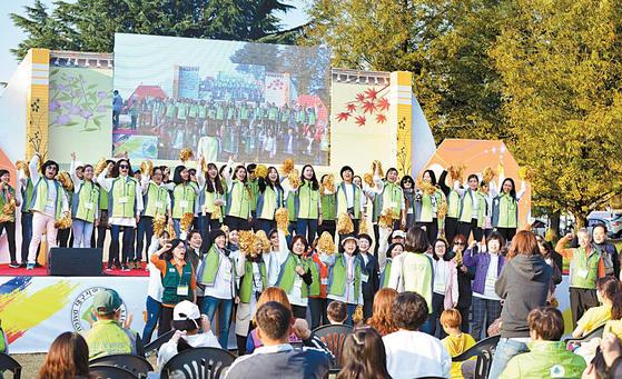 재학생과 동문의 화합을 위한 축제인 어울림 페스티벌에서 한국어다문화학과가 장기자랑을 하고 있다. [사진 대구사이버대]