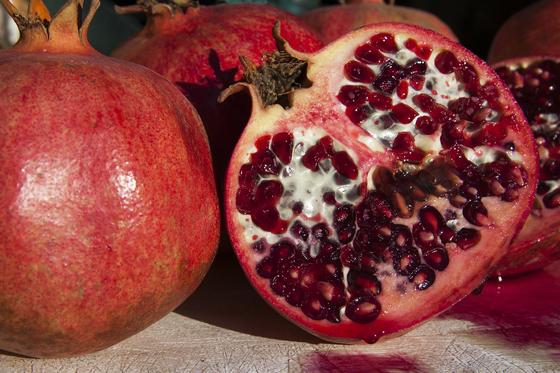 석류는 동서고금을 통틀어 여성에게 인기가 많은 과일이다. 중동지역에서는 고대 페르시아부터 쭉 석류를 염료의 원료로 이용해 왔다. 석류로 염색을 하면 삼베처럼 조직이 변한다고 한다. [사진 pixabay]