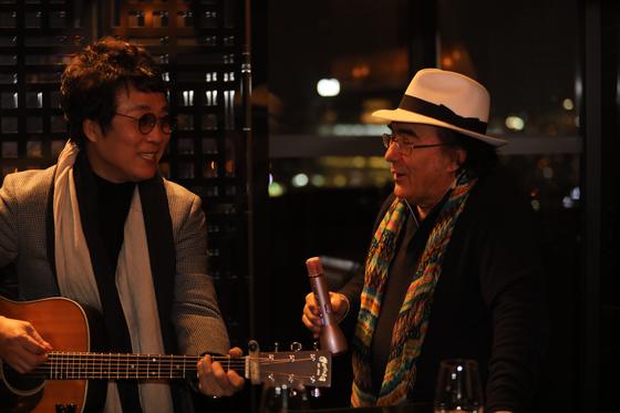 지난달 30일 서울 그랜드 하얏트 호텔에서 처음 만난 가수 이용과 알바노 카리시. [사진 이성인 작가]