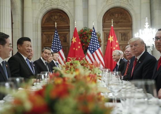 시진핑 중국 국가주석(왼쪽에서 두번째)과 도널드 트럼프 미국 대통령(오른쪽에서 두번째)이 1일(현지시간) 아르헨티나 부에노스 아이레스에서 업무 만찬을 가졌다. [AP=연합뉴스]