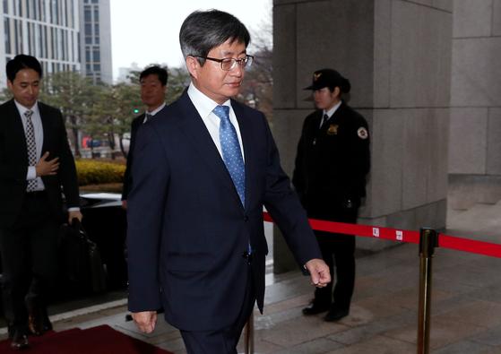 김명수 대법원장이 3일 오전 서울 서초동 대법원으로 출근하고 있다. [뉴스1]