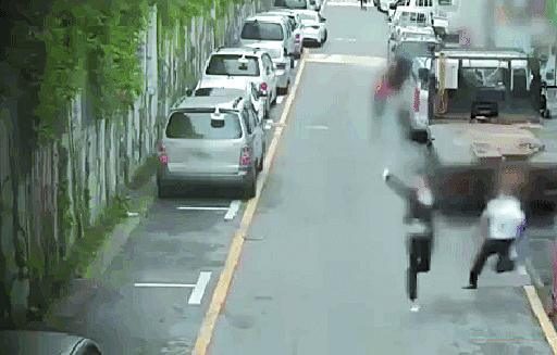 2017년 서울 금천구 일대에서 보이스피싱 조직 원이 경찰에 잡히기 전에 폰부터 던지고 있다. [사진 구로경찰서]