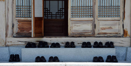 지난해 7월 19일 오찬회동이 진행중인 청와대 상춘재앞 선돌에 문재인 대통령과 여야원내대표들이 벗어 놓은 신발이 가지런히 놓여 있다. [중앙포토]