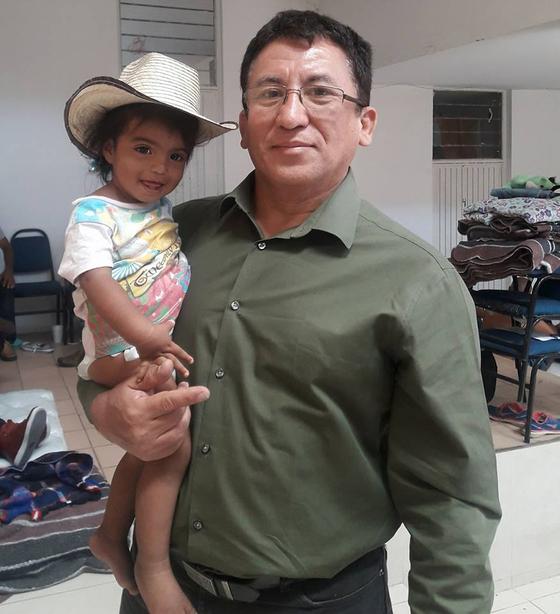 올해 캐러밴 사태의 배후 인물로 지목되는 온두라스 자유재건당(Libre·리브레) 소속 바르톨로 푸엔테스 전 국회의원. 이민자들과 이동하면서 찍은 사진을 페이스북에 올렸다. [사진 페이스북]