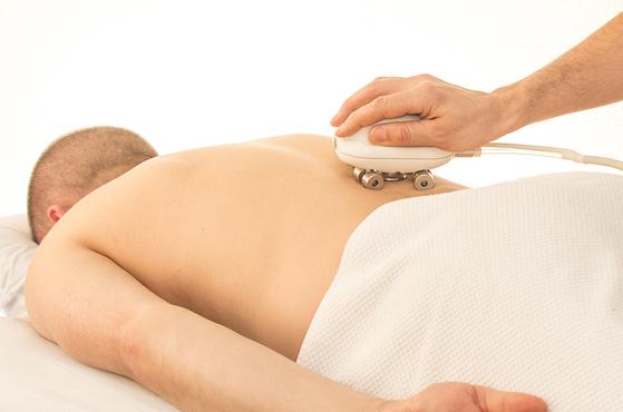 허리가 아프고 다리가 저려서 MRI를 찍었지만 허리에는 전혀 이상이 없다면 엉덩이 관절이나 천장 관절의 문제를 의심해 봐야 한다. [사진 pixabay]