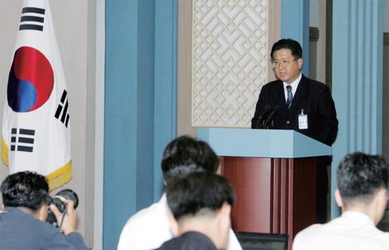 2006년 7월 5일 서주석 당시 청와대 통일외교안보수석이 청와대에서 북한 미사일 발사와 관련해 정부 성명을 발표하고 있다.