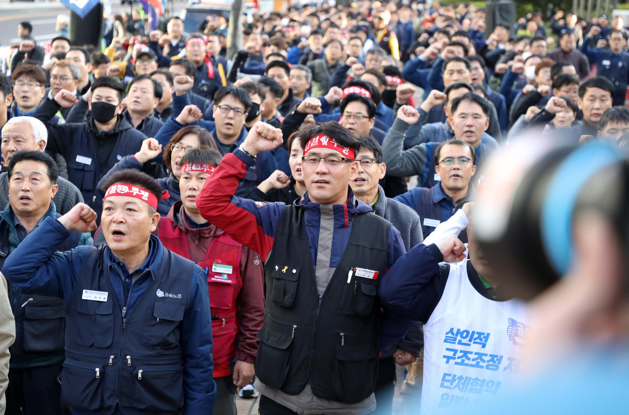 금속노조 현대자동차지부 조합원들이 지난달 14일 울산시청 정문 앞에서 울산노동자 결의대회를 하고 있다. [뉴스1]