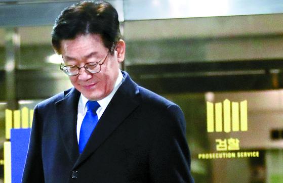 지난달 24일 친형 강제입원 등 혐의에 대한 피의자 신분으로 검찰에 출석한 이재명 경기도지사가 13시간에 걸친 조사를 마친 뒤 나오고 있다. [연합뉴스]
