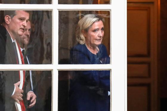 프랑스 극우파 Rassemblement National (RN)의 마린 르 펜 (Marine Le Pen) 대표이 3일 에두아르 필리프 프랑스 총리와 면담한 뒤 청사를 나서고 있다. [AFP=연합뉴스]