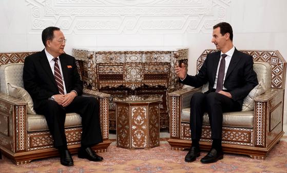 4일(현지시간) 시리아를 방문한 이용호 북한 외무상이 바샤르 알아사드 시리아 대통령과 면담하고 있다. [EPA=연합뉴스]