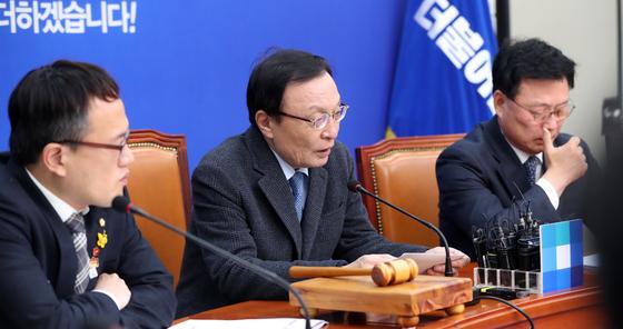 이해찬 더불어민주당 대표(가운데)가 5일 오전 서울 여의도 국회에서 열린 최고위원회의에 참석해 모두발언하고 있다. [중앙포토]