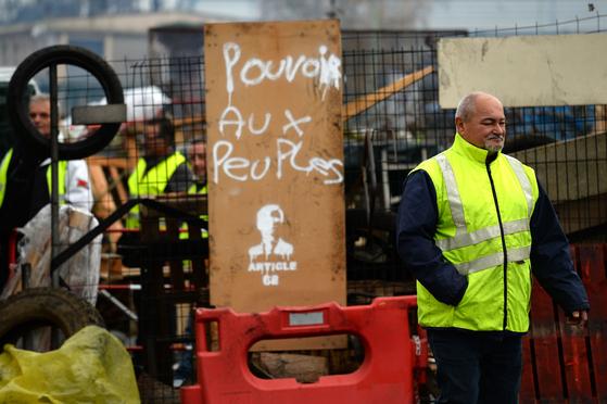 4일(현지시간) 프랑스 북서부 몬타본 지역에서 바리케이트를 치고 시위하고 있는 노란 조끼 시위대 [사진 AFP=연합뉴스]
