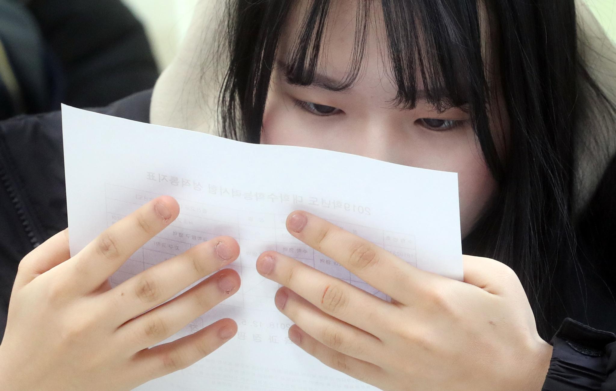 서울 서초고등학교 3학년 학생들이 5일 2019학년도 대학수학능력시험 성적표를 받고 자신의 성적을 확인하고 있다. 최정동 기자