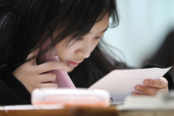 2018학년도 대학수학능력시험 성적표가 수험생들에게 5일 오전 배부됐다. [뉴스1]