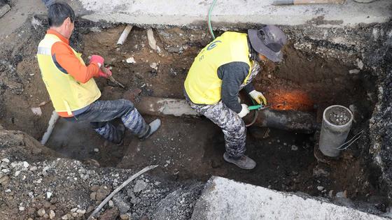 5일 오전 부산 해운대구 중동 모 호텔 앞 땅속에 설치된 온천수 관로가 파손되면서 수온이 56℃에 이르는 온천수가 분출됐다. [연합뉴스]