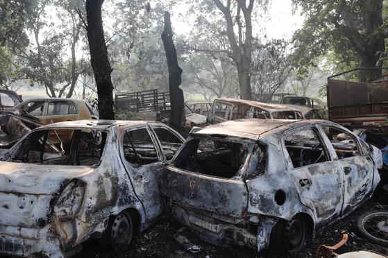소의 사체들이 발견되면서 힌두교도들의 폭동이 발생한 인도 북부 우타르프라데시주 불란드샤르 인근에서 4일 차들이 시위대의 방화로 불에 타 있다. [AP=연합뉴스]