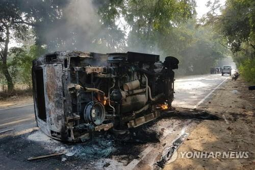 소의 사체들이 발견되면서 힌두교도들의 폭동이 발생한 인도 북부 우타르프라데시주 불란드샤르 인근에서 4일 많은 차들이 시위대의 방화로 불에 타 있다. [AP=연합뉴스]