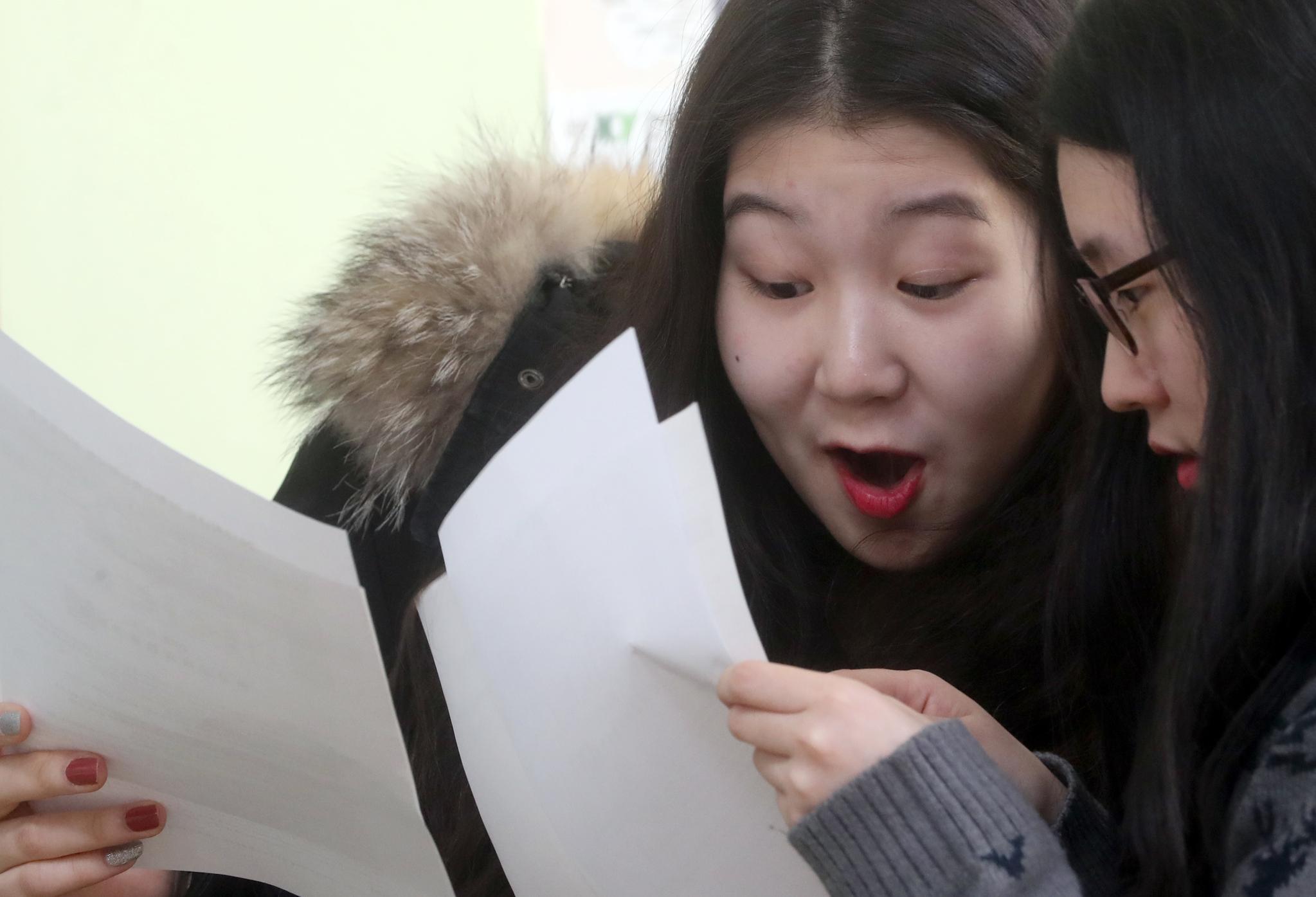 서울 서초고등학교 3학년 학생들이 5일 2019학년도 대학수학능력시헙 성적표를 받고 자신의 성적을 확인하고 있다. 최정동 기자