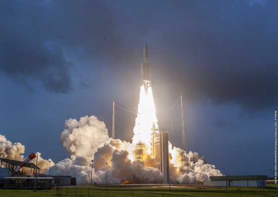 천리안2A호가 5일 오전 5시 37분남미 프랑스령 기아나 쿠루우주센터에서 아리안스페이스의 '아리안-5ECA' 발사체에 실려 쏘아올려지고 있다. [EPA=연합뉴스]